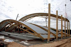 Nuvarande arenan byggdes 2009. och är Dalarnas största träbyggnad. Den integreras i den nya arenan. Här lyftes takstolar upp när det begav sig den gången. Foto: Linnea Kallberg.