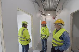 Henrik Gatu, Torbjörn Engström, Mora kommun och Mats Jansson projektledare i det utrymme där sovrummen färdigställs.
