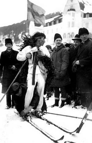 John Fjällberg i sin vita tävlingsdräkt. Bilden är tagen efter någon tävling i Åre i omkring 1925.Arkivfoto.