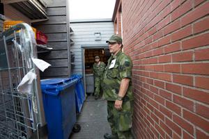 Öppna dörrar och skrymslen söktes av.Peter Sidmar och Jimmy Westholm från hemvärnet har letar i Östra hamnen.