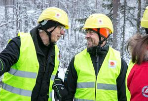 Ett lyckat samråd skapar glada miner hos fisketillsyningsman Göran Pettersson och Martin Persson från Stora Enso.