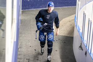 Martin Karlsson kliver av isen efter ännu en träning med Leksands IF.