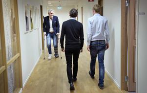 Under ett träningspass på en av Jönköpings padelanläggningar gav Mats Tidstrand hälsena upp - så de närmaste veckorna tar han sig fram på kontoret medelst kryckor.