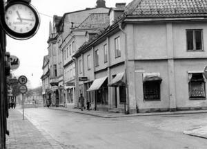 Köpmangatan/Hantverkargatan. Så här såg det ut på Köpmangatan i riktning mot Domkyrkan innan Sigma byggdes. Huset närmast var från 1700-talet. Nästa hus i raden hade anor från 1500-talet. Det högra huset därefter var i jugendstil. Bland kvarterets innergårdar fanns ålderdomliga handels- och hantverkargårdar.