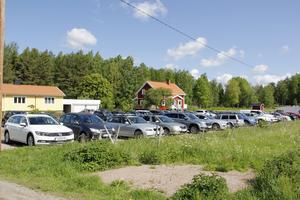 Alle man ut – då blir det fullt på parkeringsplatsen vid Lockmoragården.