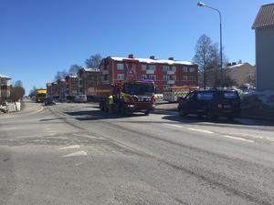 Två bilar krockade i korsningen Bergsgatan och Sidsjövägen under fredagen.