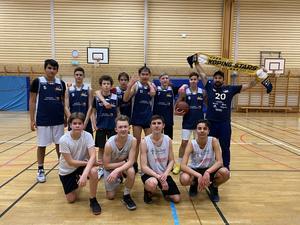 Köpings P15-lag hyllar A-laget.