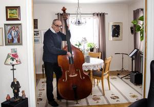 En stor del av Hans-Erik Bergmans liv kretsar kring musik. Han spelar basfiol både i storbandet Blue Cats och i Sofia Söderlunds sextett.