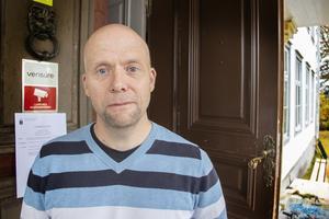 Hans Sjöberg, miljöhandläggare på länsstyrelsen, tycker att kraftstationen ska rivas.