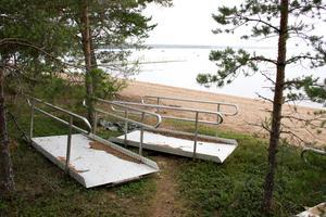 Fyra delar av rampen ligger kvar på stranden och samlar barr.