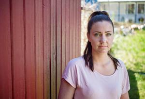 Karolina Forsling bor tillfälligt i hennes och ex-makens radhus. Ingen av dem hade möjlighet att köpa ut den andra, så det är nu sålt och snart får de nya ägarna tillträde.