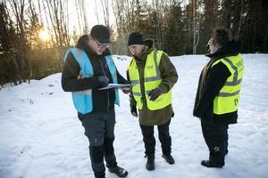 Insatsledaren Sebastian Lindström och David Olofsson går igenom skogsområdet på kartan.