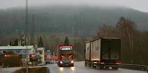 E16 och Väg 70 går idag genom Duvnäs och Gimsbärke, men kan om några år gå utanför samhällena och på andra sidan Gimsklack, som här ses i bakgrunden.
