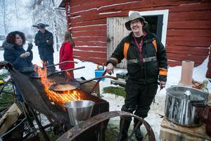 Ola Hansson vände kolbullarna med van hand. Smeten som skulle räcka till två dagar tog slut redan under lördagen.