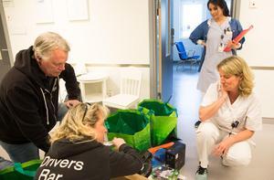 Lennart och Annelie Heintz överlämnar nyinköpt elektronik till Lotta Steen och Tove Lundin.