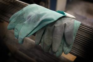 Handskarna är nu lagda på hyllan, eller stegen.