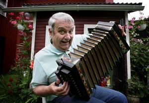 Bertil Danielsson i en typisk pose. Nu ska hans skrattframkallande gärningar hyllas och minnas på Teaterhusets scen.