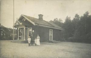 Tvetabergs tågstation låg längs gamla Eskilstunabanan. Bild från vykort.