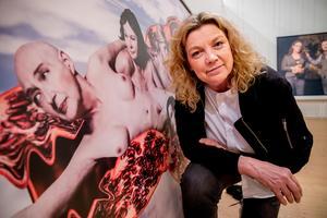Elisabeth Ohlsson Wallin vid sin tolkning av Michelangelos Skapelsen. Den bilden påminner mest om hennes tidigare verk.