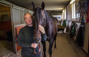 Attraversiamo är en av hästarna som står kvar i stallet i Solum.