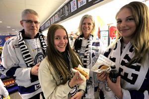 Ingen hockey utan korv. Anders Grundén, Johanna Grundén, Anika Murphy och Elvira Almetun-Lantz från Borlänge laddar inför matchen.
