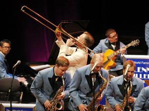"""Millerlikt. Jan Slottenäs får numera kalla sitt band The Glenn Miller Orchestra, och han bjöd på ett pärlband – eller """"String of Pearls"""" av örongodis från förr."""