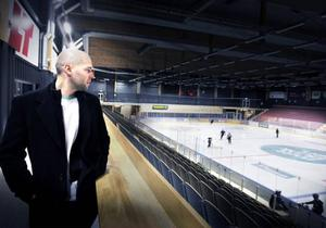 Chad Wiseman blickar ut över ÖIK:s nya borg, Östersund Arena. Kanadensarens intåg i klubben har inneburit ett stort lyft. Nu kan han tänka sig att stanna mer än en säsong i Östersund.