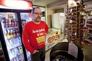 – När ingen längre kommer in i butiken för att betala så blir det inte heller några spontanköp, säger Kari Kostensalo på Preem i Häggenås, som nu tvingas bidra till mackdöden genom att försätta sitt företag i konkurs.