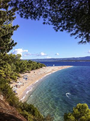 Bildtext 9: Strax utanför finns flera fina öar att ta sikte på, som Brac med sin kända strand Zlatni Rat.   Foto: Annika Goldhammer