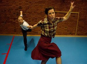 Stilfullt, svängigt och med gamla anor. Lindy hop uppstod på 1920-talet i Harlem i New York. I Östersund började lindy hop dansas organiserat i början av 2000-talet. Gertrud Tanghöj och maken Gustaf Tanghöj träffades genom dansen och håller nu kurser i lindy hop tillsammans. I höst har de hållit en nybörjarkurs som det har varit stort intresse för.