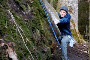 I skogarna runt barndomshemmet i Gölebo finns ett par ställen där John Bernhardsson kan klättra. Foto: Per Bernardson
