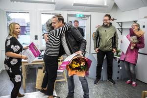 Monica Lundin och Görel Karlsson lämnade över blommor och diplom vid uppvaktningen.