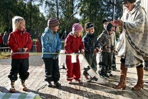 Den 29 september invigdes den nya förskolan i Vibytorp. Barnen klippte bandet med lite bistånd av Christina Johansson, ordförande i miljö- och tekniknämnden. FOTO: Stefan Ignell