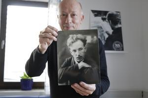 Det här är en ganska ovanlig bild på Dan Andersson med August Strindberg-look, berättar Nils Holmdahl. Strindberg var en person intresserade Dan. Foto: troligen Konrad Öberg, Ludvika omkring 1913