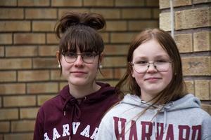 Izabel Saksak och Jasmine Björkström som går i sjuan tycker att mentorerna i skolan behövs.