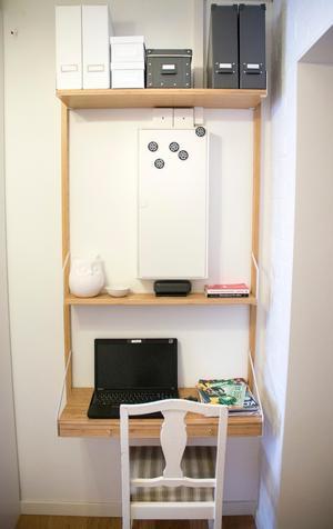 I hallen har Ann-Helen gjort en praktisk och minimal kontorshörna.