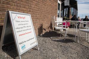 Skylten vid Svenska kyrkans kafé Änglagott i Nykvarn uppmanar alla 70+ att stanna hemma.