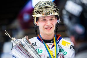 Elias Pettersson lämnade Timrå IK för Växjö och SHL inför säsongen 2017/2018.Han gjorde stor succé och avslutade säsongen med SM-guld och flera utmärkelser.