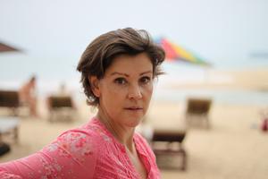 Lottie Knutson på Khuk Khak-stranden utanför Khao Lak. Platsen som förändrade hennes liv även om hon inte var där. Foto Johannes Cleris / TT