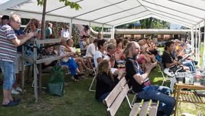 Skuggan är uppskattad i värmen. Mellan 1500 och 2000 personer kommer till Siljansnäsdagen, uppskattar arrangören Siljansnäs sockenförening.