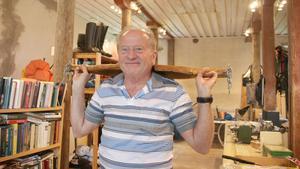 Tommy Blixt från Köping besökte Stallet eller Gubbdagiset som det numera kallas för. Han testade ett ouk som man använder när man ska bära hinkar. Det blev inget köp.