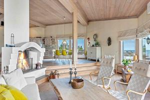 Det är öppen planlösning i huset, mittpunkten är murstocken med en uppmurad öppen spis. Foto: Fisheye foto