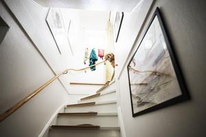 En vanlig syn i dörröppningen mellan Maarja och Cecilias lägenheter: Bao Bao som väntar på att få springa ner till Cecilia där han är på dagarna.
