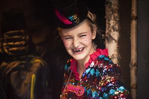 Plötsligt, mitt under tandféns cirkusshow, uppmanades barnen att stänga sina munnar – tandtrollen hade nämligen rymt från scenen.