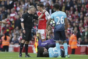Arsenals Granit Xhaka fick syna det röda kortet av Jon Moss när han kapade Modou Barrow vid mittplan. Foto: TT.