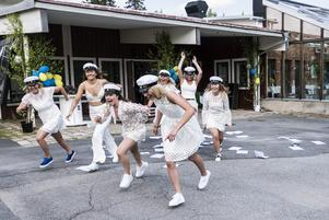 Fredagens studentfirande bjöd på många glädjescener runt om i länet. Här är det studenter på Fjällgymnasiet som springer ut från skolan för sista gången.