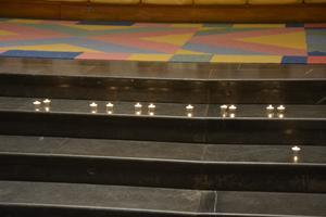 På trappen framme vid altaret i Örnsköldsviks kyrka tändes det ljus för alla förlorade barn.