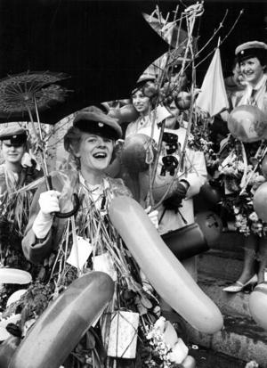 Regnigt var det vid studentexamen i maj 1963. Kaisa Sundström från Dorotea fick skydda sig med paraply. Bakom henne skymtar från vänster, Karin Holmberg, Svanavattnet, Vivianne Burström och Ingbritt Henriksson, Ormsjö.