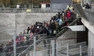 Polis övervakar kön av ankommande flyktingar vid Hyllie station utanför Malmö i november 2015. En bild som moderaterna inte vill se igen.