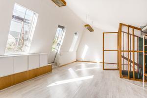 Ett ljust vardagsrum på andra våningen. Här går man ut till det inglasade uterummet. Foto: Länsförsäkringar Fastighetsförmedling